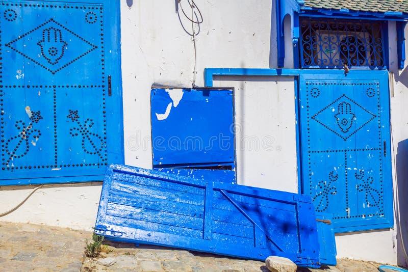 Typische lokale deur van traditioneel huis; Tunis; Tunesië royalty-vrije stock afbeeldingen