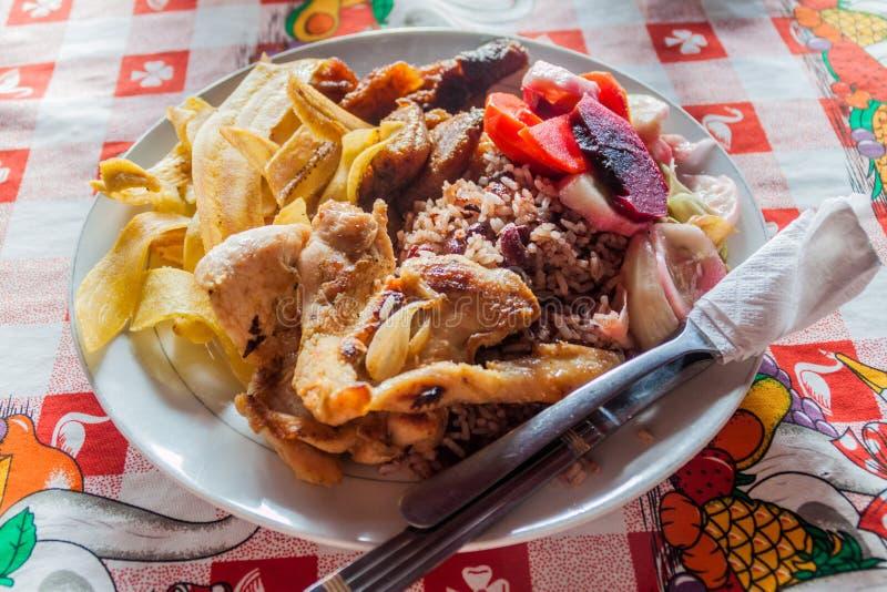 Typische lunch van vlees, bonen, rijst en weegbree in Nicarag royalty-vrije stock foto