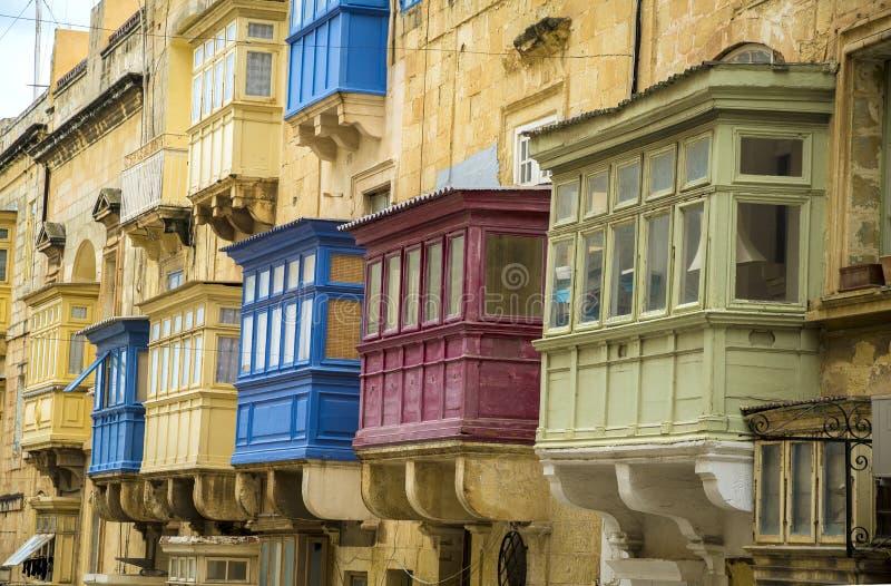Typische maltesische bunte Balkone und Fenster in der alten Stadt von Valletta stockbild