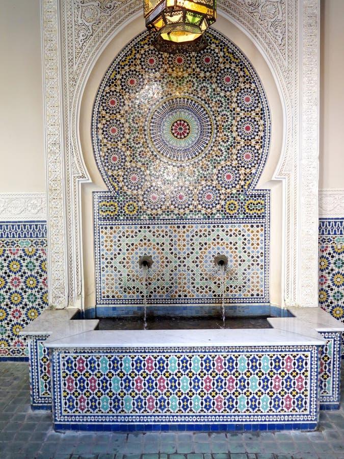 Typische Marokkaanse betegelde fontein royalty-vrije stock fotografie