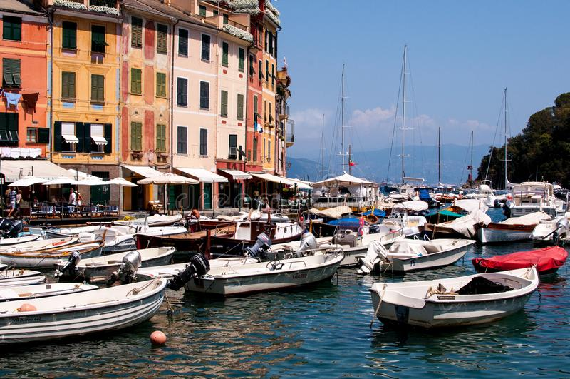 Typische mediterrane baai met boot, Portofino, Ligurië, Italië royalty-vrije stock foto