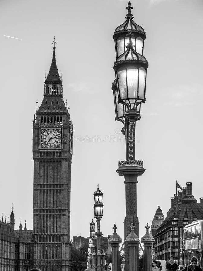 Typische mening over Koningin Elizabeth Tower Big Ben en de Brug van Westminster - LONDEN - GROOT-BRITTANNIË - SEPTEMBER 19, 2016 stock foto's