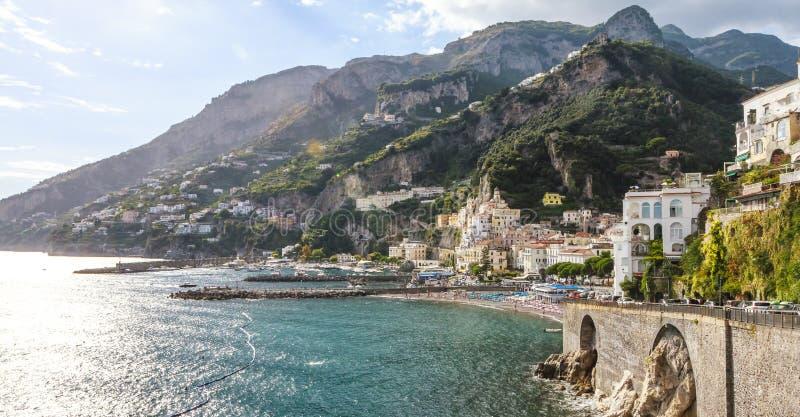 Typische mening van Amalfi Kust met cityscape overzees en bergen stock afbeelding