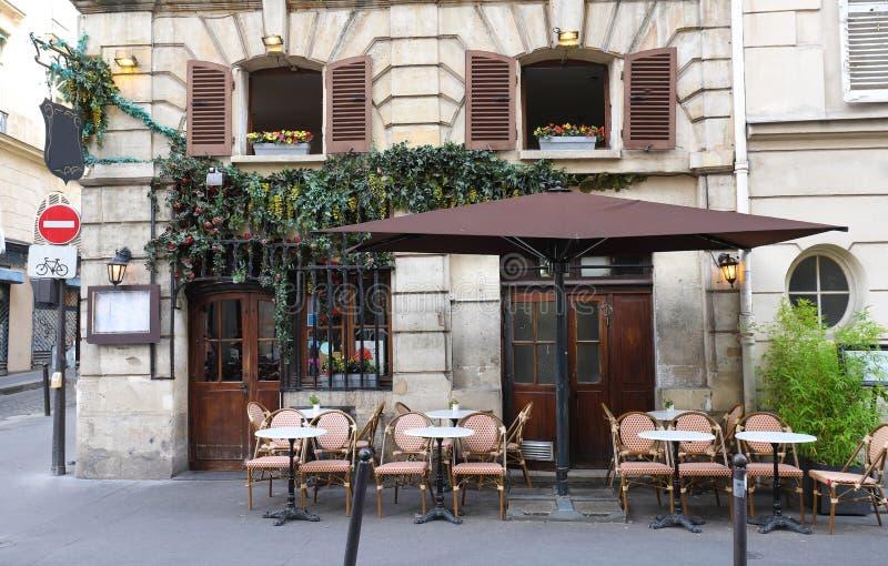 Typische mening van de Parijse straat met lijsten van koffie in Parijs, Frankrijk Architectuur en ori?ntatiepunt van Parijs stock afbeeldingen