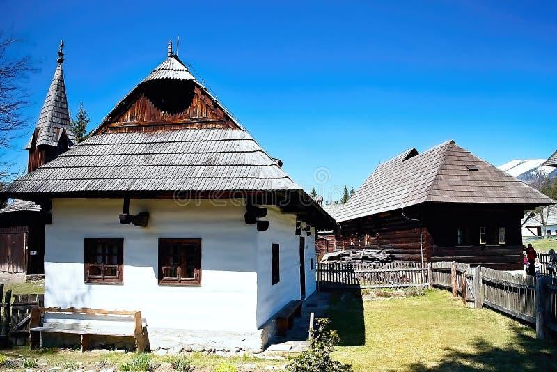 Typische mening van houten historische huizen in het Museum van Liptov-Dorp - openluchtmuseum Pribylina stock foto's