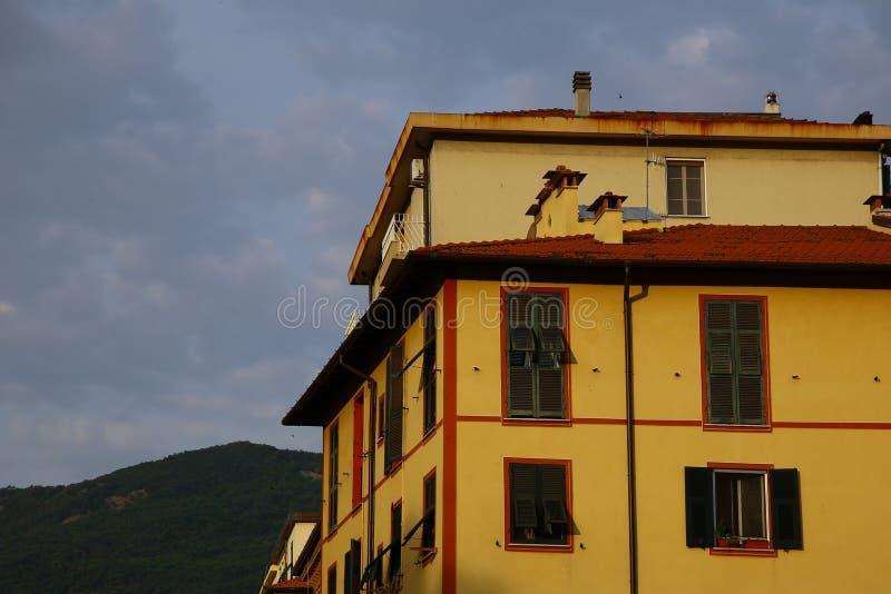 Typische Mittelmeerfassade morgens lizenzfreies stockbild