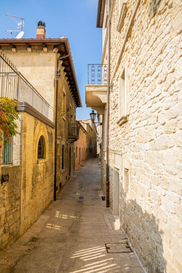 Typische mooie oude kleine straten van San-Marino royalty-vrije stock foto