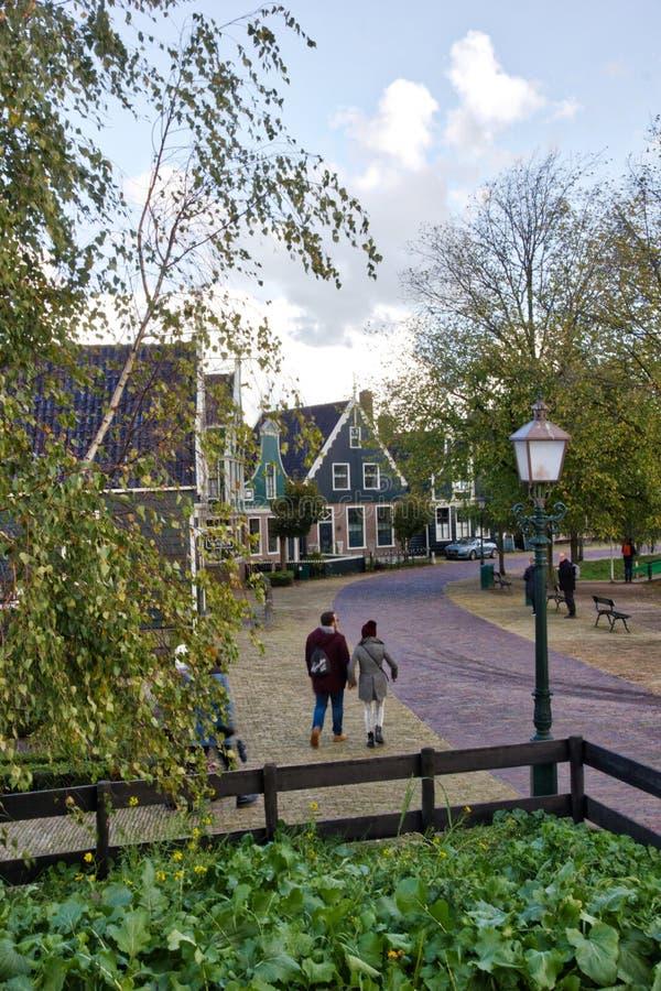 Typische Nederlandse straat van een klein dorp royalty-vrije stock foto's