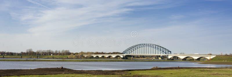 Typische niederländische Fluss IJssel-Landschaft mit blauem Himmel, weißen Wolken, Wind und sonnigem Wetter stockbilder