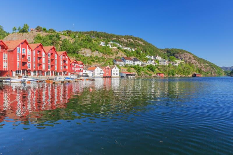 Typische Noorse rode vakantiehuizen op de waterkant stock foto's