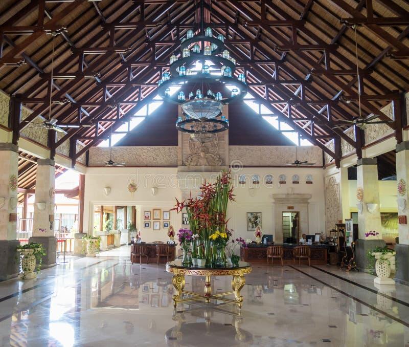 Typische ontvangstlounge waar de gasten bij hotels in Bali worden begroet stock afbeeldingen