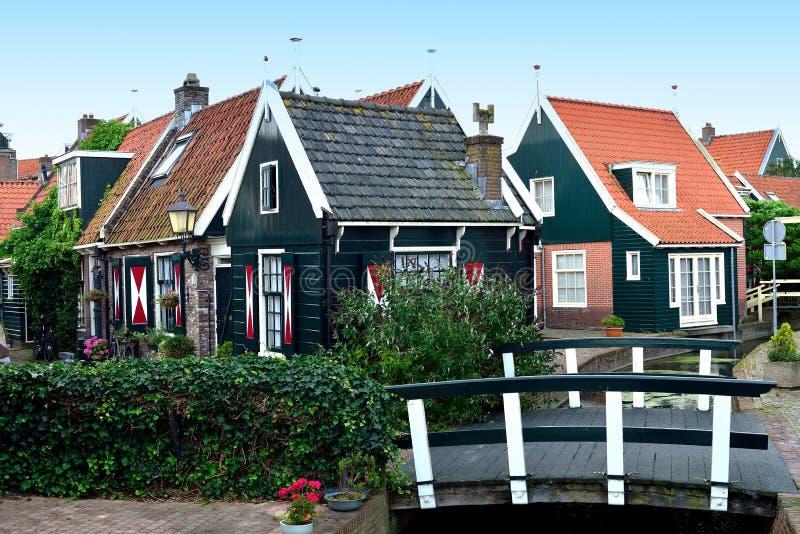 Typische plattelandshuisjes en brug in Volendam, Holland stock foto's