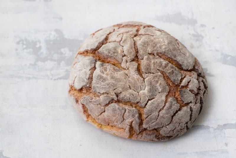 Typische Portugese broa van het graanbrood op ceramische achtergrond stock fotografie
