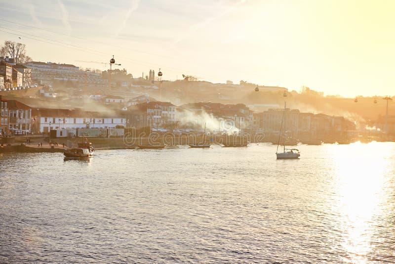 Typische Portugese houten boten, genoemd 'barcosrabelos die 'wijnvatten op de rivier Douro met mening over Villanova DE vervo royalty-vrije stock foto