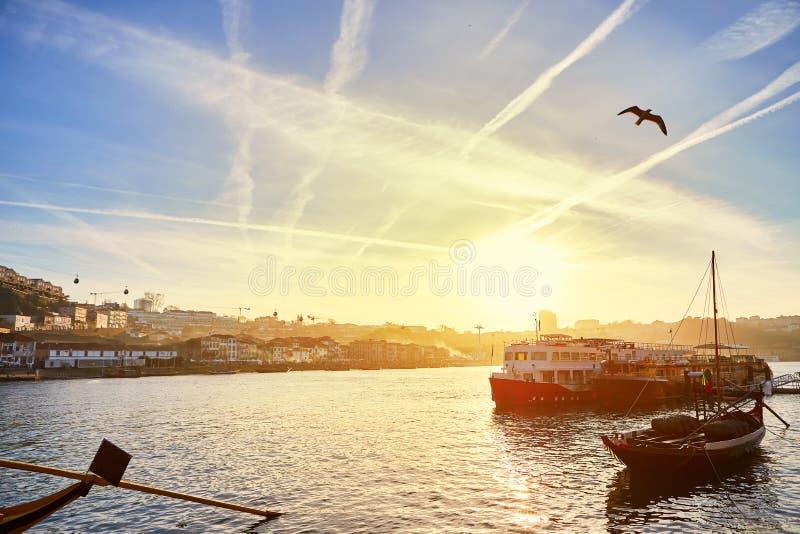 Typische Portugese houten boten, genoemd 'barcosrabelos die 'wijnvatten op de rivier Douro met mening over Villanova DE vervo stock fotografie