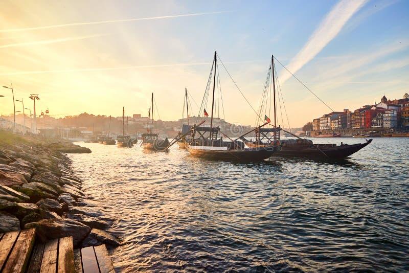 Typische Portugese houten boten, genoemd ?barcosrabelos die ?wijnvatten op de rivier Douro met mening over Villa Nova DE G vervoe royalty-vrije stock foto's