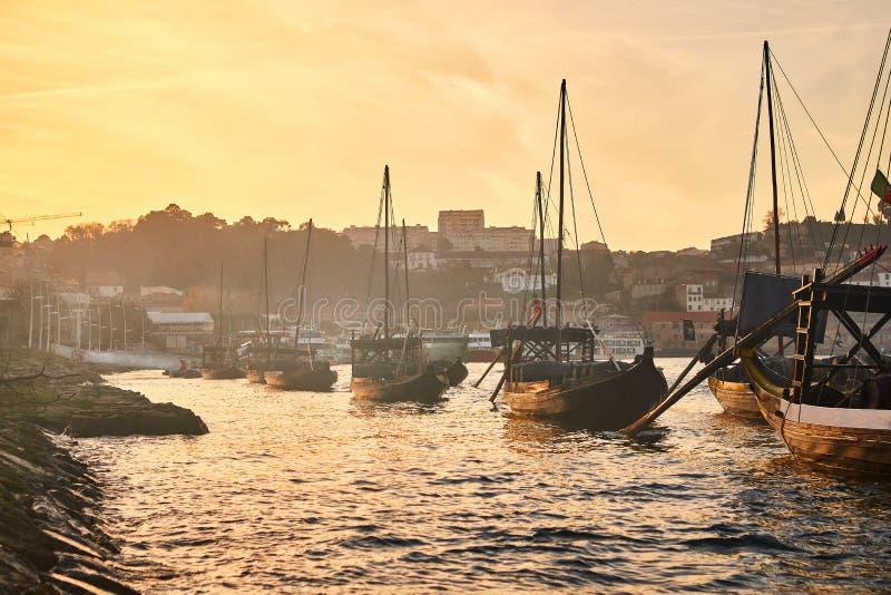 Typische Portugese houten boten, genoemd ?barcosrabelos die ?wijnvatten op de rivier Douro met mening over Villa Nova DE G vervoe royalty-vrije stock foto