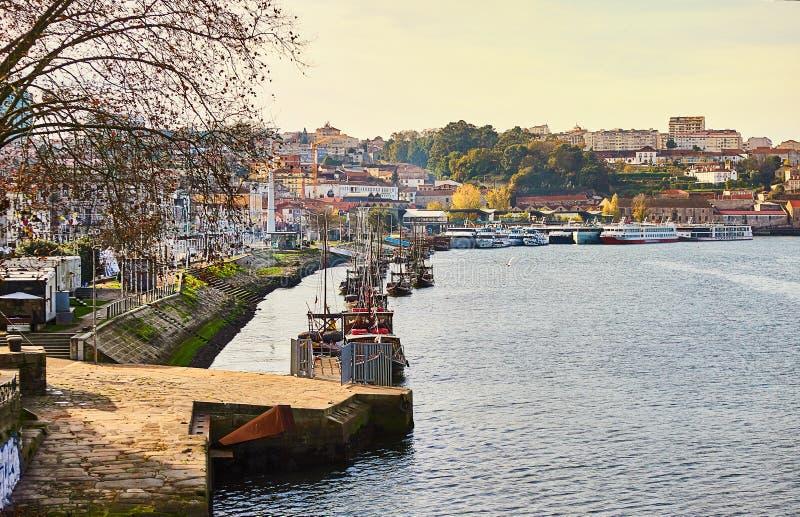 Typische Portugese houten boten, genoemd ?barcosrabelos die ?wijnvatten op de rivier Douro met mening over Villanova DE vervoeren stock foto's