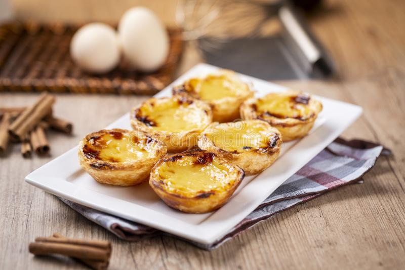 Typische portugiesische Vanillepuddingtorten, ` Pastel de Nata ` oder ` Pastelldes Belem ` lizenzfreie stockfotos