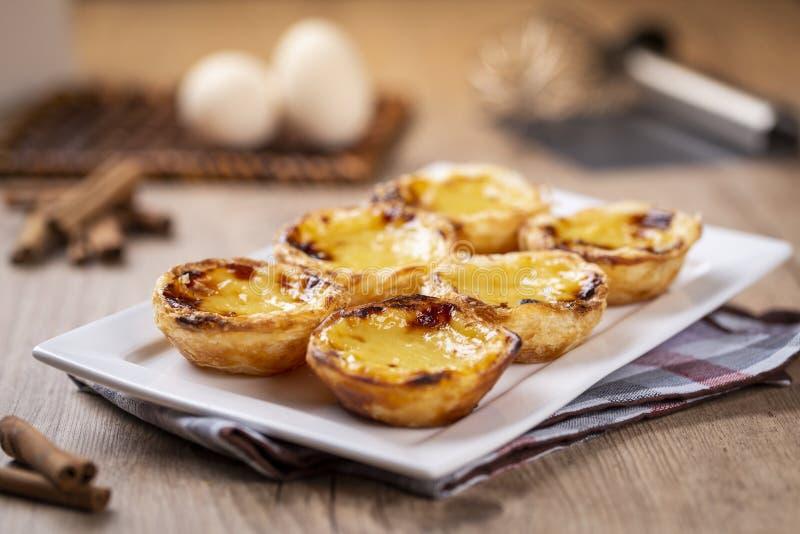 Typische portugiesische Vanillepuddingtorten, ` Pastel de Nata ` oder ` Pastelldes Belem ` lizenzfreies stockbild