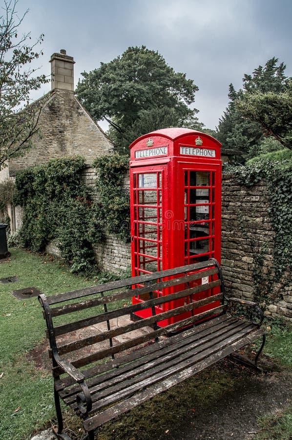 Typische rode Engelse telefooncel in Bibury-Dorp stock foto's