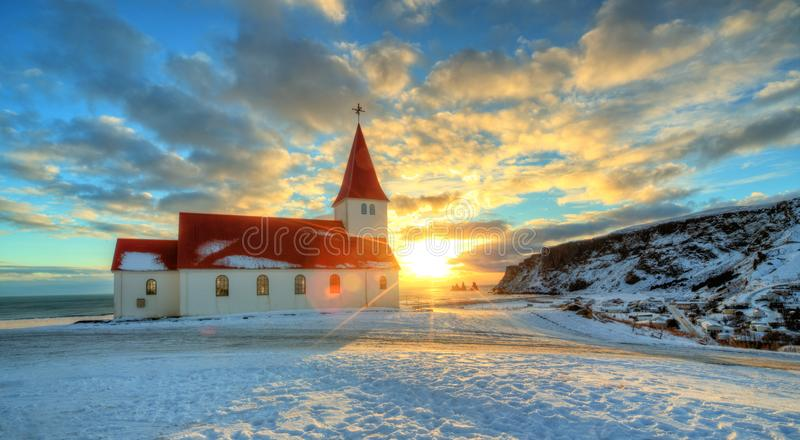 Typische rode gekleurde houten kerk in Vik-stad, IJsland royalty-vrije stock afbeeldingen