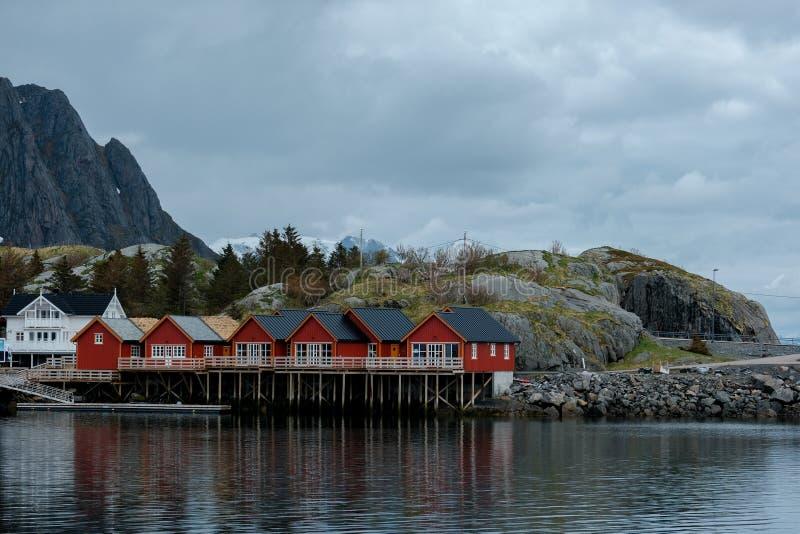 Typische rode rorbu visserijhutten met zodedak op Lofoten-eilanden in Noorwegen stock foto's