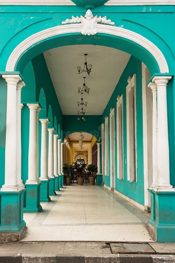Typische Säulenhalle unter einem Kolonialgebäude in Kuba lizenzfreie stockfotografie