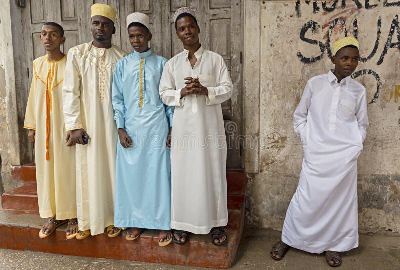Typische Sansibar-Stadt Jugend auf der Straße der Steinstadt, Zanzib lizenzfreies stockbild