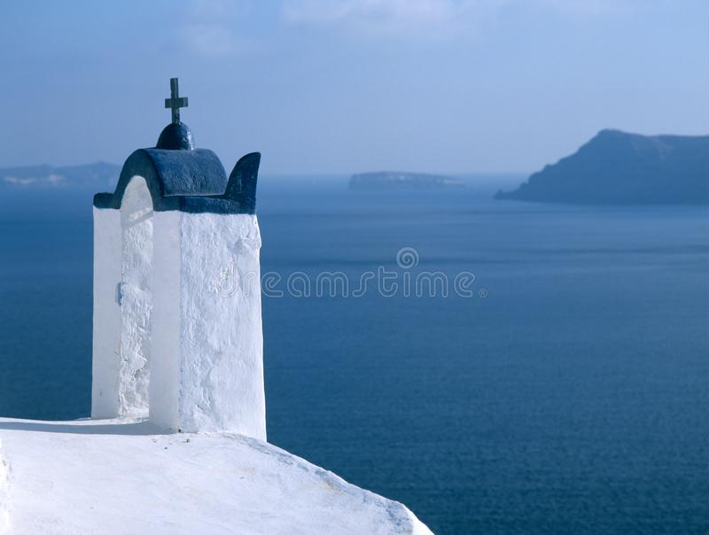 Typische Santorini-kerk met blauwe hemel en overzees op de achtergrond royalty-vrije stock afbeelding