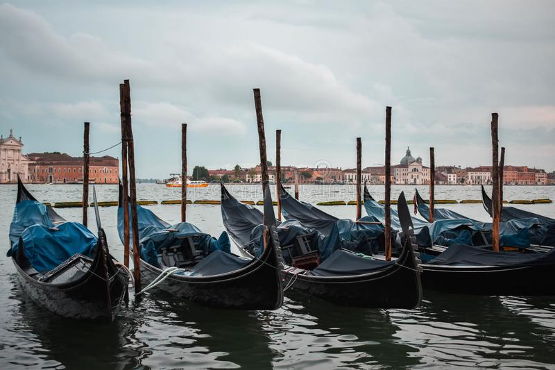 Typische scène van geparkeerde gondels in Venetië royalty-vrije stock afbeeldingen