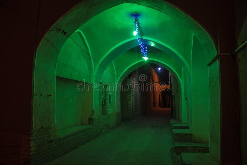 Typische schmale Gasse in Yazd lizenzfreies stockbild