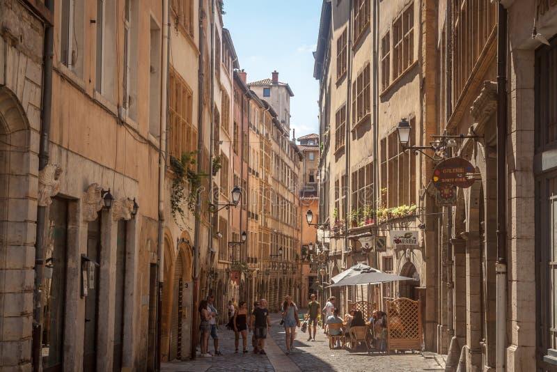 Typische schmale Straße des Vieux Lyon altes Lyon auf dem Presqu 'ile Bezirk mit den Touristen, die vorbei während eines sonnigen stockbilder