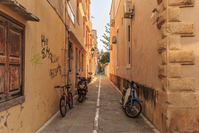 Typische schmale Straße irgendwo in Kreta-Insel, Rethymno, Griechenland lizenzfreies stockfoto