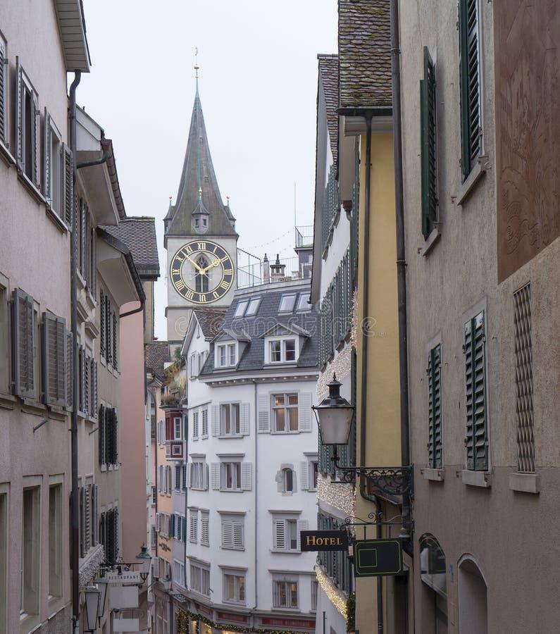 Typische Schweizer Gebäude mit St- Peterkirche von Zürich stockfotos
