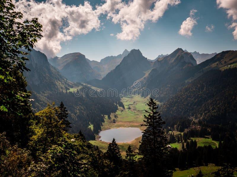 Typische Schweizer Gebirgslandschaft mit Gebirgssee während des sonnigen Sommertages stockfotografie