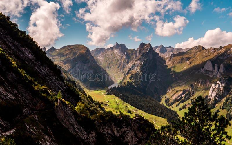 Typische Schweizer Gebirgslandschaft mit Gebirgssee während des sonnigen Sommertages lizenzfreie stockfotos
