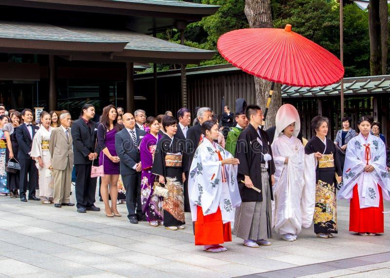 Typische shintoistische Hochzeit mit einem Cortege von Gästen stockbild