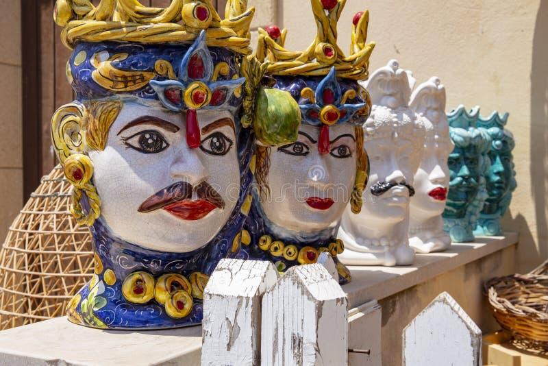 Typische sizilianische Masken nannten stockfotos