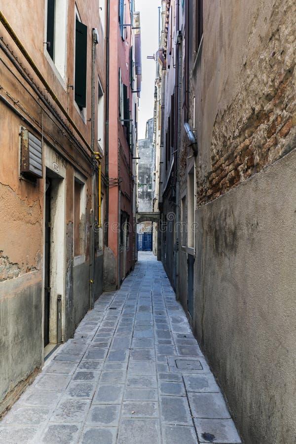 Typische smalle geroepen steeg van Venetië & x22; del Forno stock foto