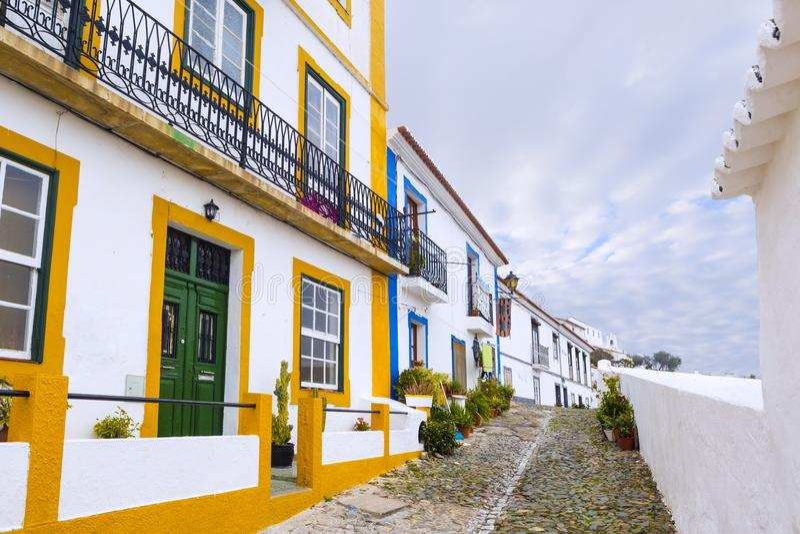 Typische smalle straat in de oude stad van Mertola, Alentejo R stock foto