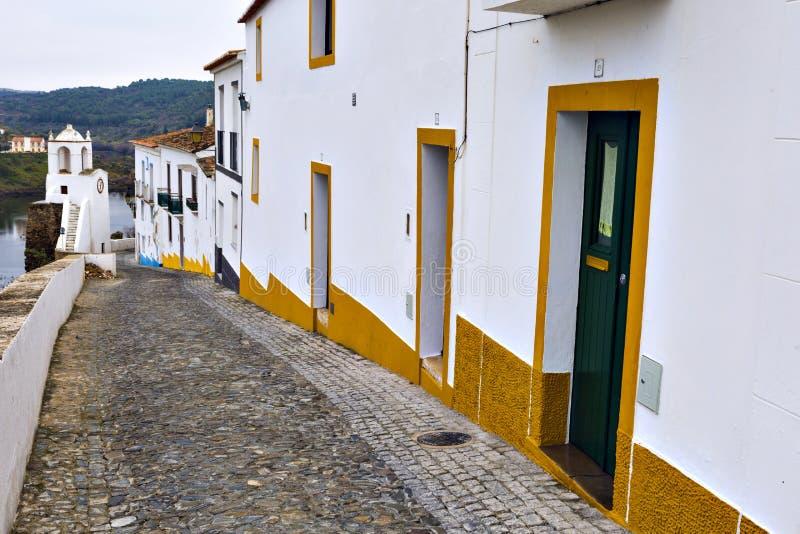 Typische smalle straat in de oude stad van Mertola, Alentejo R stock afbeeldingen