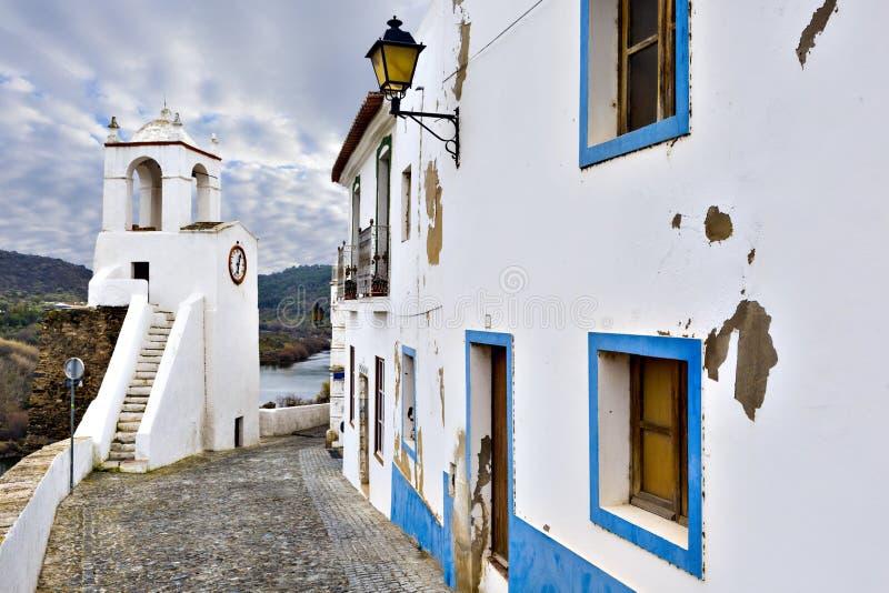 Typische smalle straat in de oude stad van Mertola, Alentejo R stock afbeelding