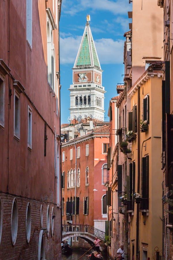 Typische Smalle Straat in de Tekensklokketoren van Venetië en St - Campa stock fotografie