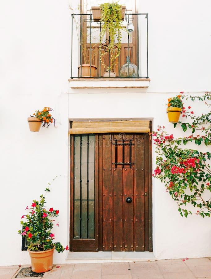 Typische Spaanse deur in Spanje stock foto