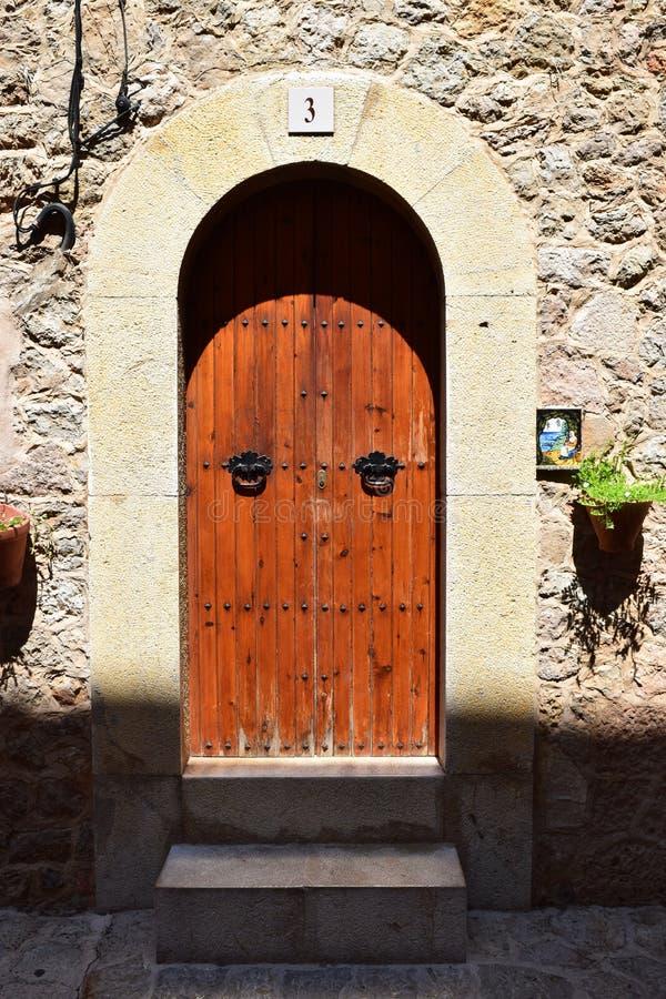 Typische Spaanse ingangsdeur aan een huis royalty-vrije stock afbeelding