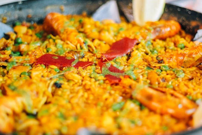 Typische Spaanse paella met zeevruchten royalty-vrije stock afbeeldingen