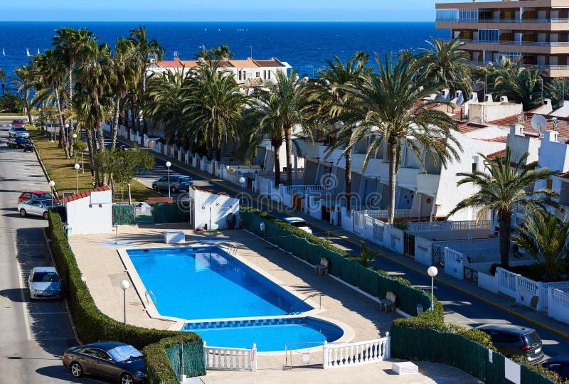 Typische Spaanse urbanisatie met een zwembad royalty-vrije stock foto