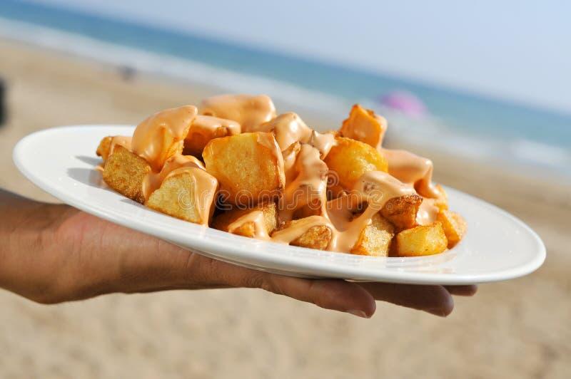 Typische spanische patatas bravas, gebratene Kartoffeln mit einer scharfen Soße, lizenzfreie stockbilder