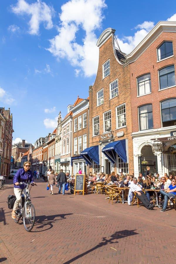 Typische Stangen mit mittelalterlicher Architektur in Haarlem lizenzfreies stockfoto